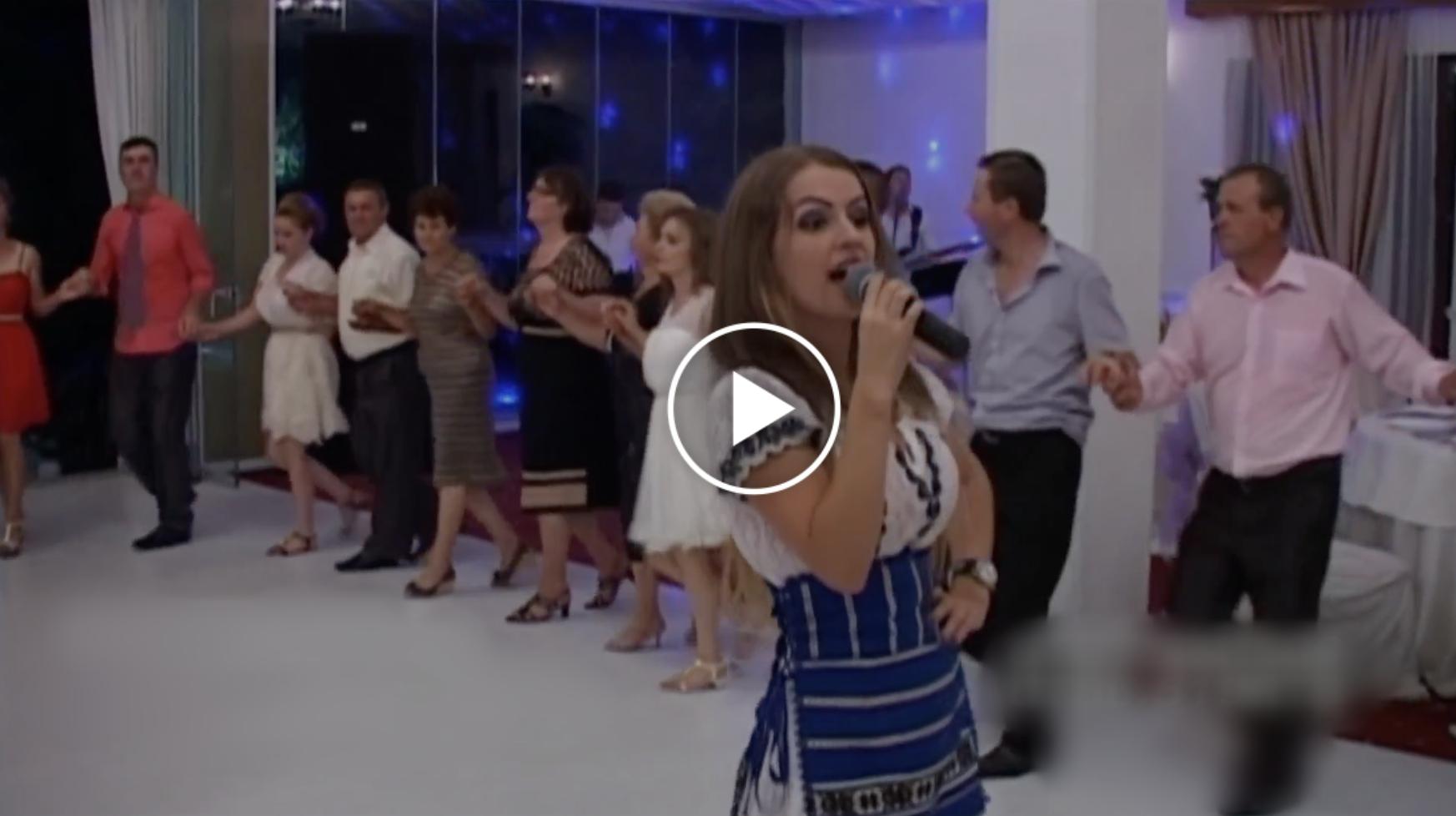 Aceasta Fata a Cucerit Publicul cu Cantecul ..Bate tare cu piciorul - vezi VIDEO